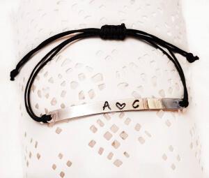 Bratara personalizata, cu initiale si inimioara, gravate pe placuta placata cu argint, cu snur special, ajustabil [1]