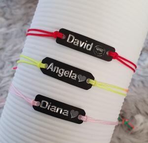 Bratara personalizata cu nume gravat pe placuta din alama neagra, cu snur special si ajustabil, potrivita pentru cupluri [1]
