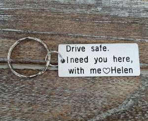 Breloc personalizat, Breloc Drive safe, I need you here with me,  gravat pe dreptunghi din aluminiu2