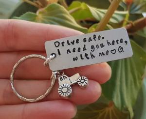 Breloc personalizat, Breloc Drive safe, I need you here with me,  gravat pe dreptunghi din aluminiu cu charm tractor5