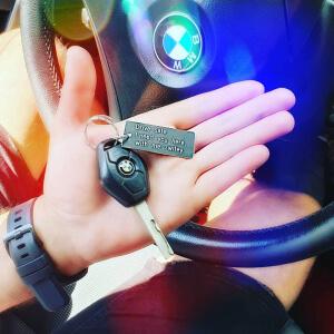 Breloc personalizat cu mesajul Drive safe, I need you here with me, gravat pe dreptunghi din aluminiu [1]