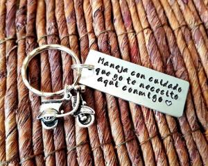 Breloc personalizat cu mesajul Maneja con cuidado, gravat pe dreptunghi din aluminiu, cu charm scooter [2]