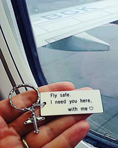 Breloc personalizat Fly safe, I need you here with me, gravat pe dreptunghi din aluminiu, cu charm avion [3]