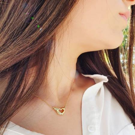 Colier minimlaist, placat cu aur, cu pandant maini iubitoare [0]
