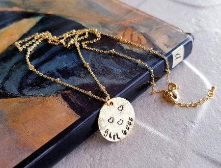 Colier personalizat placat cu aur cu banut gravat Girl Bosst, colier minimalist [0]