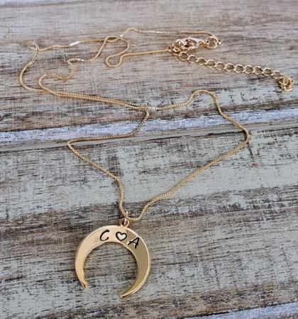 Colier personalizat cu pandant semiluna gravata cu initiale, placat cu aur [0]