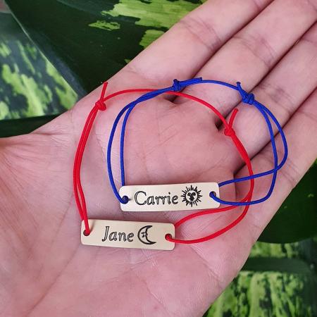 Bratara personalizata cu nume si simbol, gravata pe dreptunghi din aluminiu cu snur ajustabil [7]