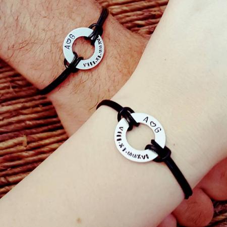 Set de 2 bratari personalizate pentru cuplu, cu initiale si data gravata pe banut gaurit, cu snur din piele [3]