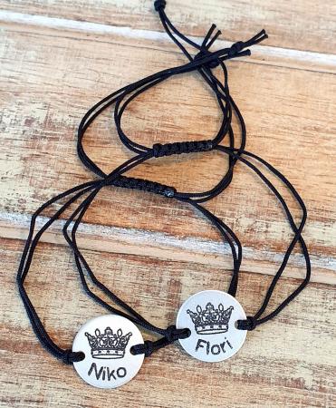 Set de 2 bratari personalizate pentru cuplu, cu nume si coronita de rege si regina, gravate pe banut din aluminiu, cu snur ajustabil, inchidere macrame [1]