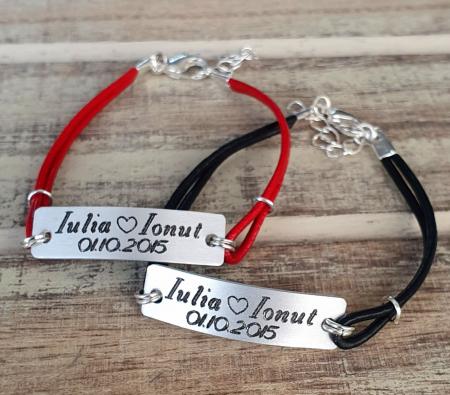 Set de 2 bratari personalizate pentru cuplu cu nume si data, gravate pe placuta din aluminiu, cu snur din piele [2]