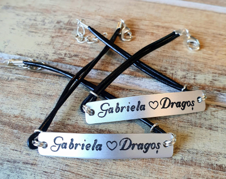 Set de 2 bratari personalizate pentru cuplu cu nume si data, gravate pe placuta din aluminiu, cu snur din piele [8]