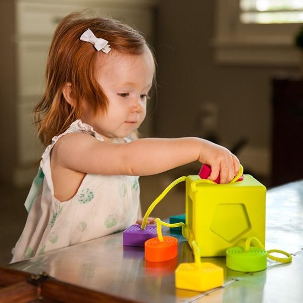 Sortator de forme pentru bebelusi OombeeCube Fat Brain Toys [4]