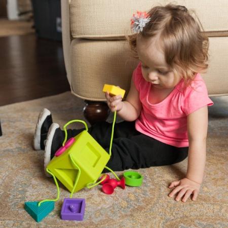 Sortator de forme pentru bebelusi OombeeCube Fat Brain Toys [5]