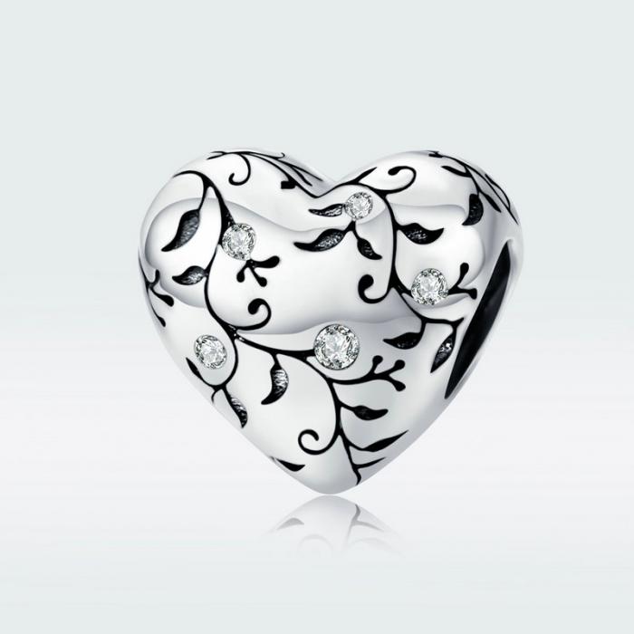 Talisman argint in forma de inima cu desen floral si zirconii albe 2