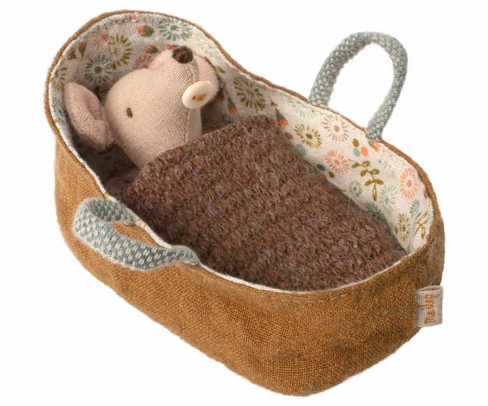 Baby mouse in carrycot 0