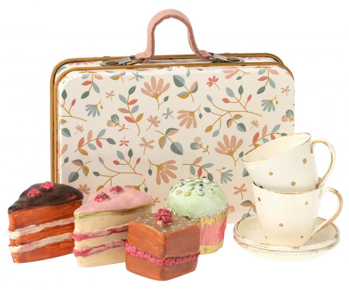 Cake set in suitcase 0
