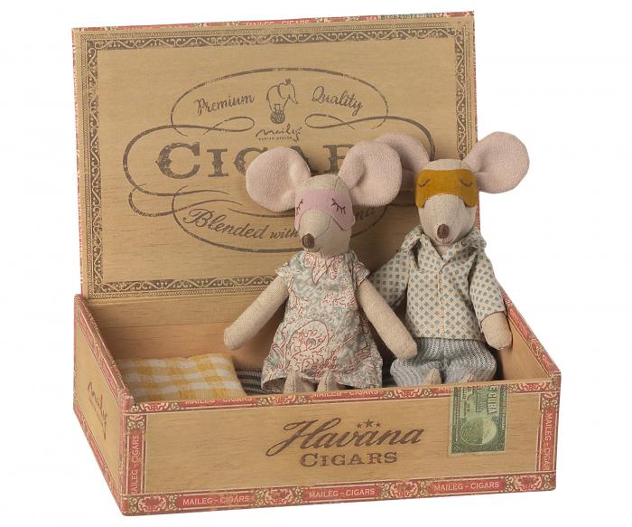 Mum & Dad mice in cigarbox [1]