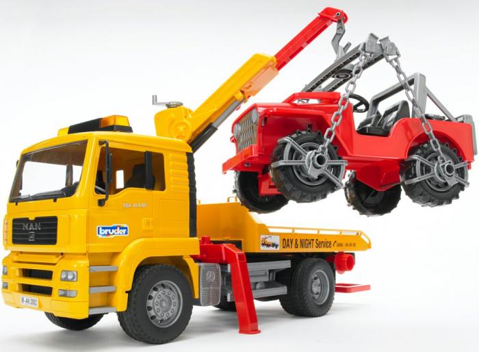 Camion galbem MAN TGA de tractare cu vehicul de teren rosu, Bruder 1