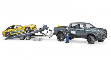 RAM Power Wagon cu masina de curse Roadster Bruder. Dimensiuni RAM 2500 40 x 17 x 15 cm, Roadster 27 x 12 x 9 cm1