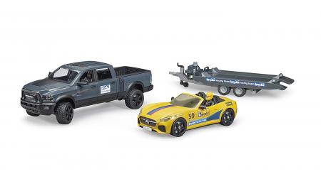 RAM Power Wagon cu masina de curse Roadster Bruder. Dimensiuni RAM 2500 40 x 17 x 15 cm, Roadster 27 x 12 x 9 cm2