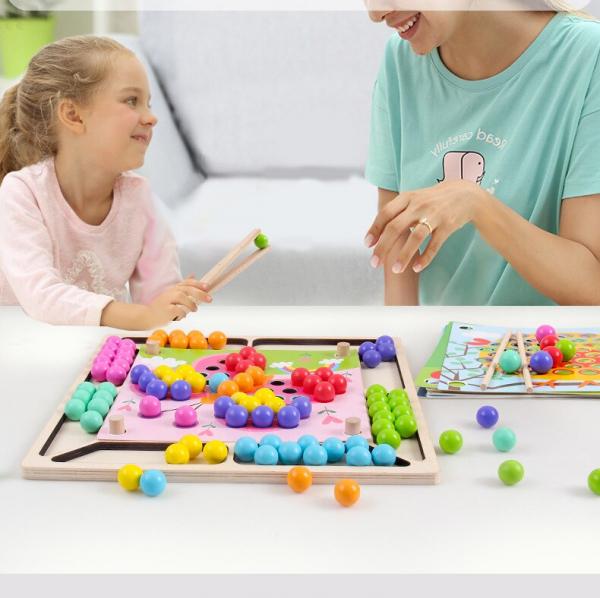 Joc Montessori de asociere si indemanare cu bile colorate [2]