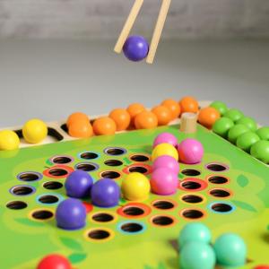 Joc Montessori de asociere si indemanare cu bile colorate [5]