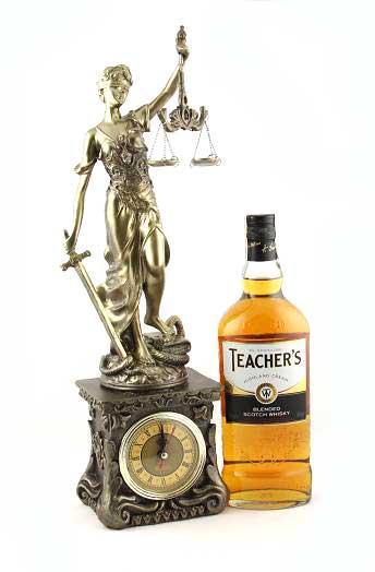 """Cadou Statuetă şi Whisky  """"Teacher's Justice"""" 0"""
