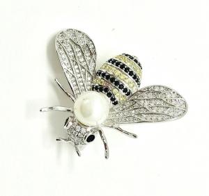 Brosa Albina Queen Bee by Borealy0