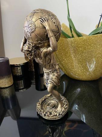 Statueta Atlas ce tine pe umeri bolta cereasca [1]