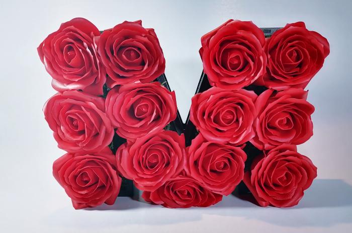 Aranjament Flori Sapun litera M, Rosu, 25cm 1