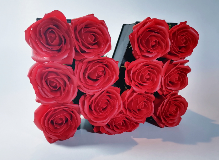 Aranjament Flori Sapun litera M, Rosu, 25cm 2