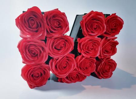 Aranjament Flori Sapun litera M, Rosu, 25cm2