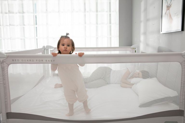 7 lucruri de care trebuie să ții cont când cumperi o protecție de pat pentru copil