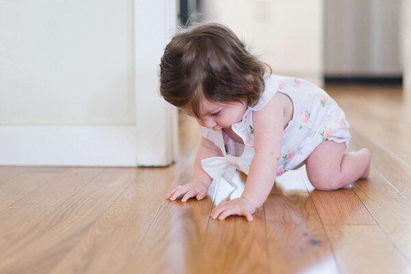 Mersul de-a busilea la bebelusi – Cum ii incurajam si protejam pe micuti in aceasta etapa?