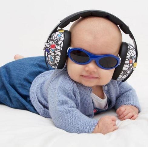 bebe cu ochelari