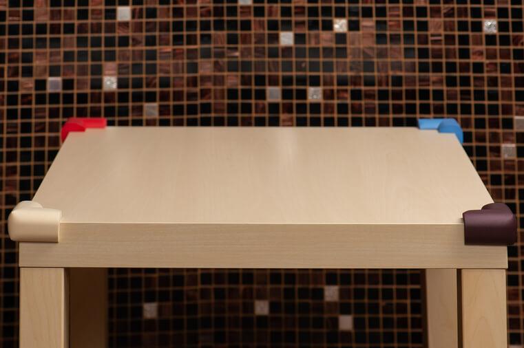 Coltare de protectie colorate montate pe masuta