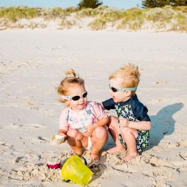 copii care poarta ochelari de soare