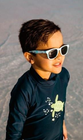 copil cu ochelari de soare