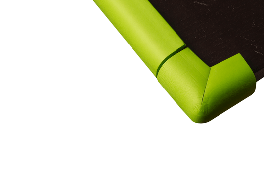 Coltar si banda de protectie de aceeasi culoare montate pe o masa