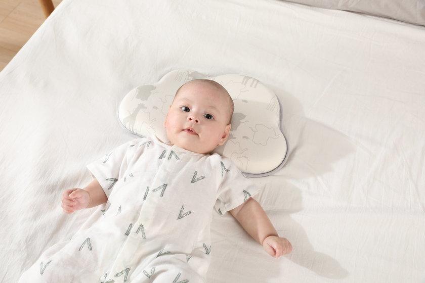 Bebelus cu capul pe perna