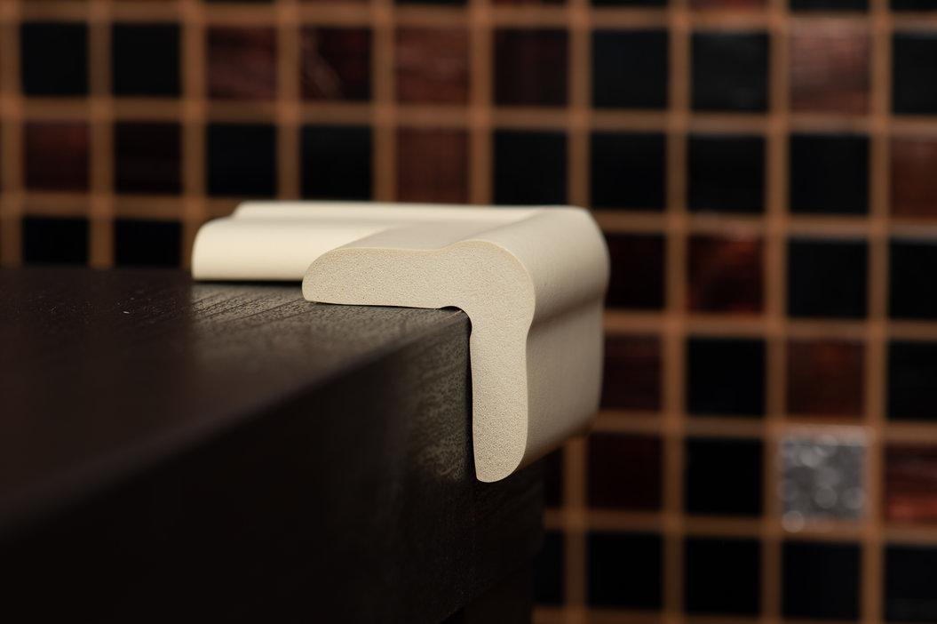 Coltar moale de protectie montat pe coltul unei masute