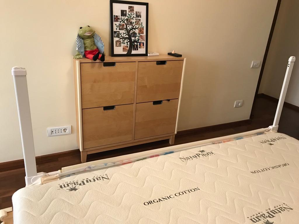 Rama unei bariere de pat cu partea textila coborata