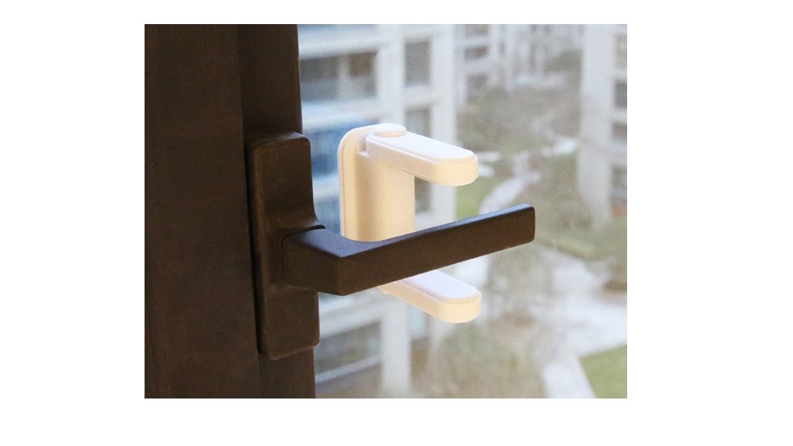Blocator pentru clanta care limiteaza posibilitatea copiilor de a deschide usa balconului