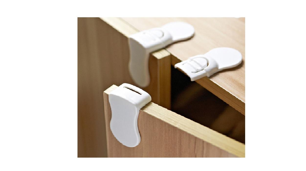 Doua sigurante fixe de colt permit deschiderea selectiva a usilor unui dulapior