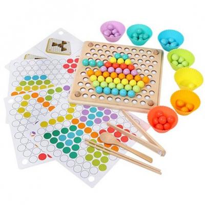 Joc Montessori de indemanare si asociere culori cu bile colorate si bete din lemn0