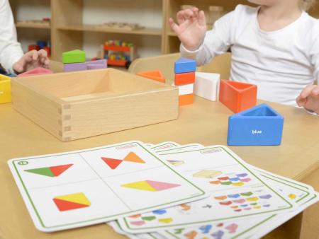 Set educativ prisme triunghiulare si triunghiuri-recipient, din lemn, +2 ani, Masterkidz, pentru gradinite3