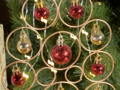 Brad de Crăciun din metal auriu cu 12 globulețe1