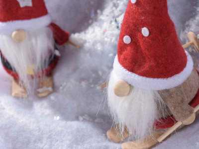 Decorațiune Moș Crăciun pe schiuri, din pânză1