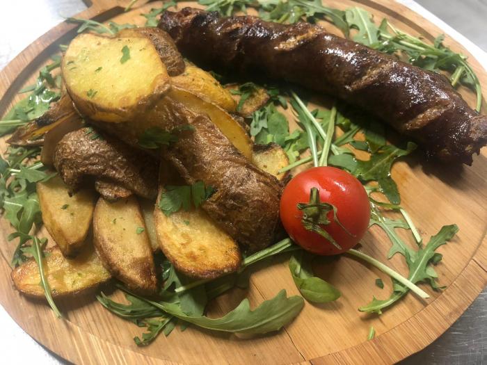 Carnati mangalita cu cartofi in coaja cu usturoi 1