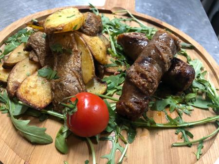 Carnati mangalita cu cartofi in coaja cu usturoi0